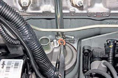 Снятие маслоотделителя системы вентиляции картера Шевроле Нива