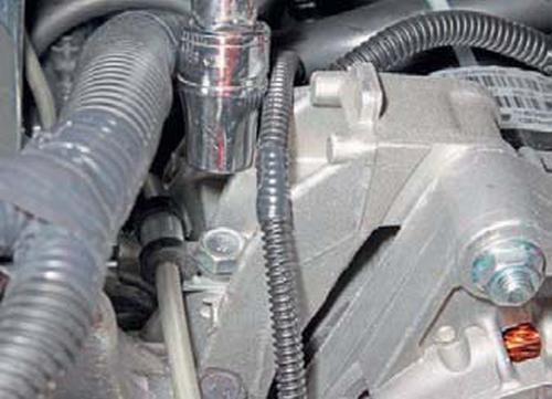 Снятие трубки подвода масла к гидравлическому натяжителю цепи привода грм Шевроле Нива