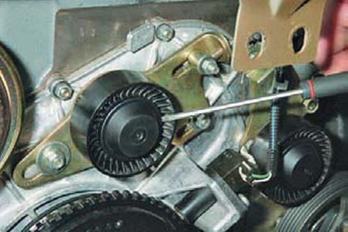 Замена роликов ремня привода вспомогательных агрегатов Шевроле Нива