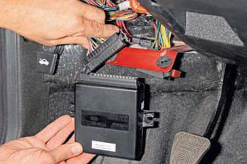 Снятие блока системы дистанционного управления электропакетом Шевроле Нива