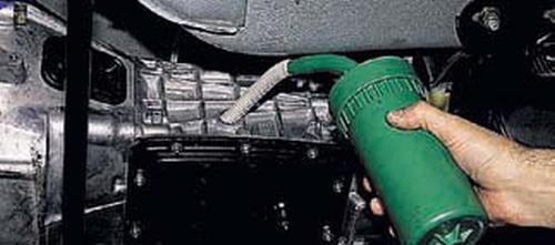 Проверка уровня масла в коробке передач Шевроле Нива
