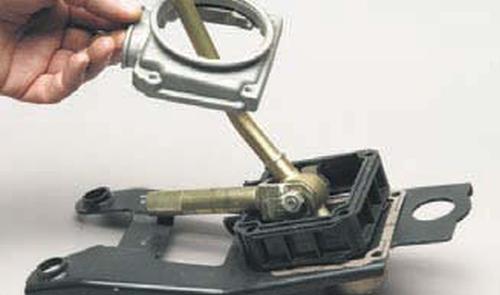 Разборка привода управления механизмом выбора передач Шевроле Нива
