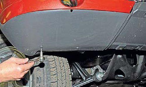 Снятие грязезащитных щитков переднего бампера Шевроле Нива