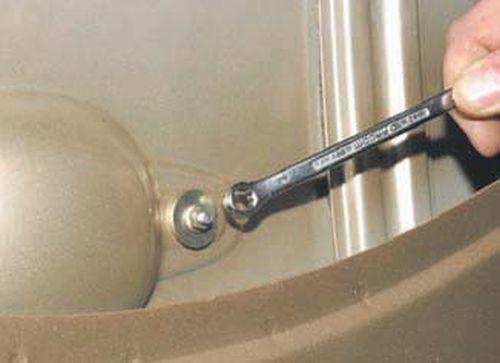 Снятие наружной ручки двери багажного отделения Шевроле Нива