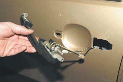 Снятие наружной ручки передней двери Шевроле Нива