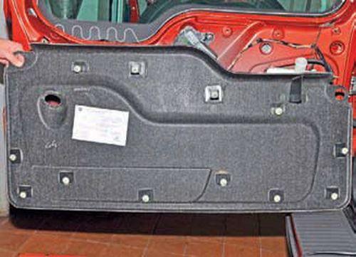 Снятие обивки двери багажного отделения Шевроле Нива