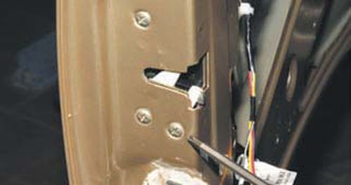 Снятие замка двери багажного отделения Шевроле Нива