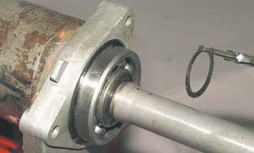 Замена подшипника и сальника корпуса внутреннего шарнира привода Шевроле Нива