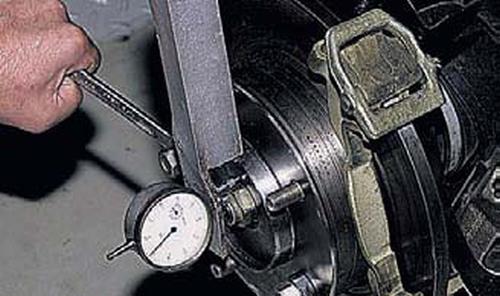 Проверка и регулировка зазора в подшипниках ступицы переднего колеса Шевроле Нива