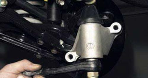Снятие кронштейна маятникового рычага Шевроле Нива