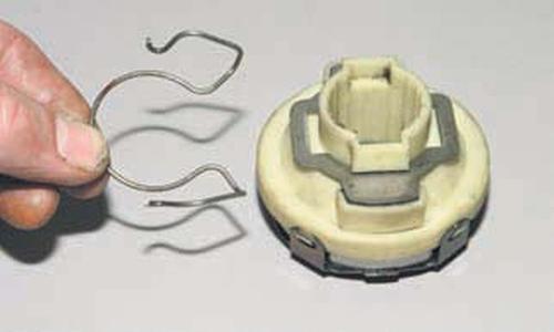 Снятие механизма привода выключения сцепления Шевроле Нива