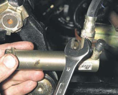 Снятие рабочего цилиндра гидропривода сцепления Шевроле Нива