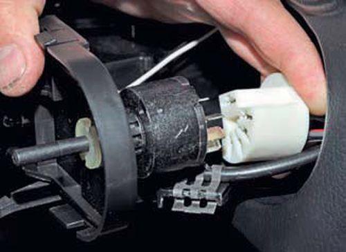 Снятие блока управления отоплением, вентиляцией и кондиционированием воздуха Шевроле Нива