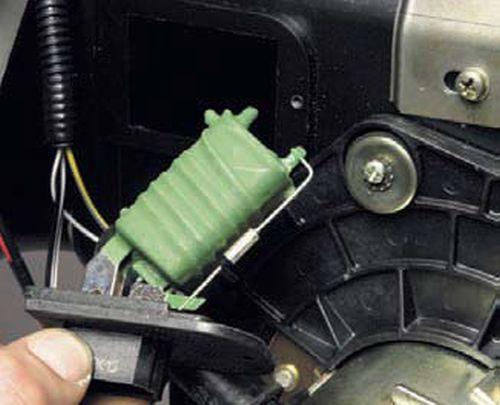 Снятие дополнительного резистора вентилятора отопителя Шевроле Нива