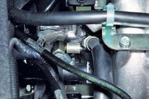 Проверка давления в системе питания двигателя Шевроле Нива