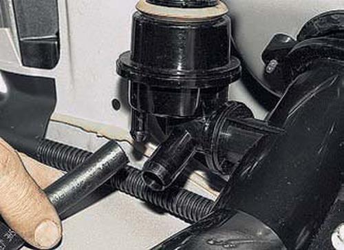 Снятие наливной трубы с гравитационным клапаном Шевроле Нива