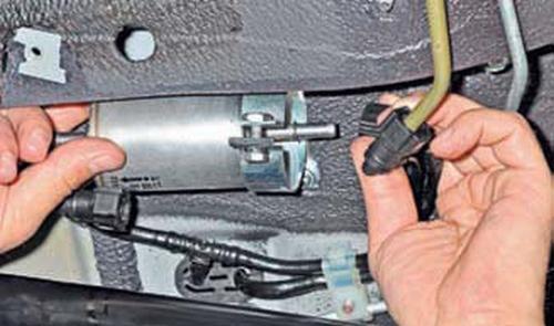 Замена топливного фильтра Шевроле Нива