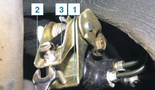 Проверка работоспособности и регулировка привода регулятора давления задних тормозных механизмов Шевроле Нива