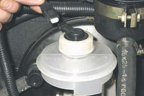 Снятие бачка главного тормозного цилиндра Шевроле Нива