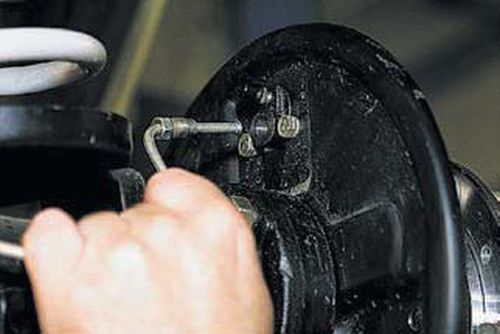 Замена заднего колёсного цилиндра Шевроле Нива