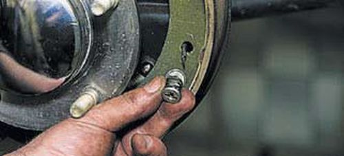 Замена задних тормозных колодок Шевроле Нива