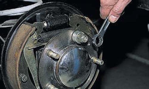 Замена шпильки крепления колеса Шевроле Нива